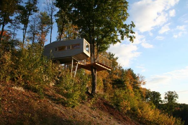Tiny Tree House in New York by Baumraum cliff